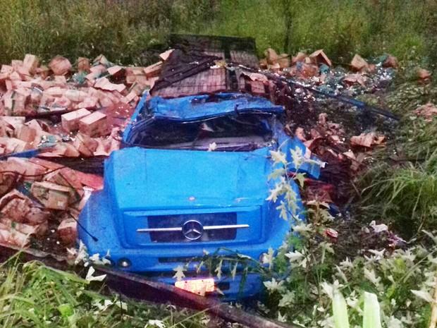 Carga caiu em acostamento após veículo tombar na BR-101 (Foto: Divulgação/ PRF)