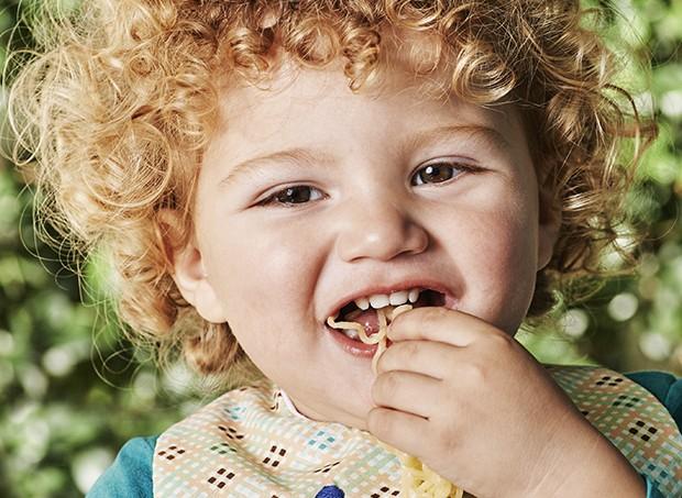 Menino comendo macarrão (Foto: Foto: Guto Seixas / Ed Globo - Produção: Fátima Santos)