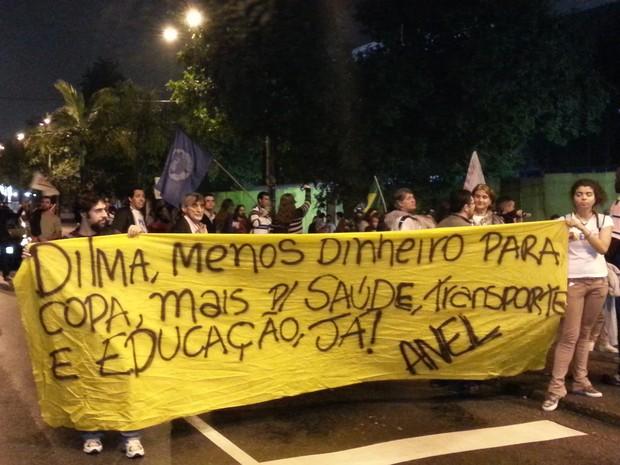 Manifestantes realizam passeata pelas ruas de Santos (Foto: Leandro Campos/G1)