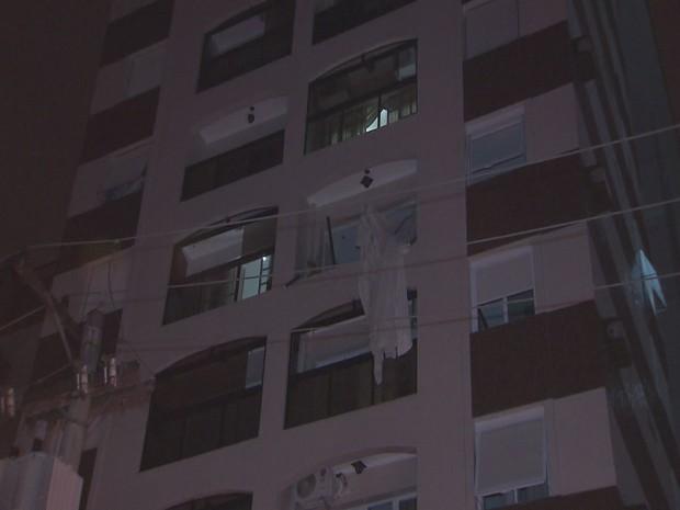 Apartamento ficou destruído após explosão (Foto: Reprodução/TV Tribuna)