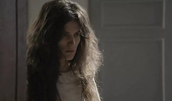 Personagem de Bianca Bin após dez anos internada em clínica psiquiátrica  (Foto: Reprodução/ TV Globo)