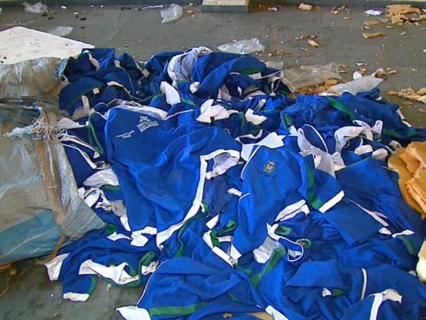 Uniformes escolares foram encontrados abandonados em prédio de São Carlos (Foto: Ely Venâncio/EPTV)