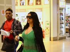 Grávida, Ellen Cardoso exibe barriguinha saliente em aeroporto