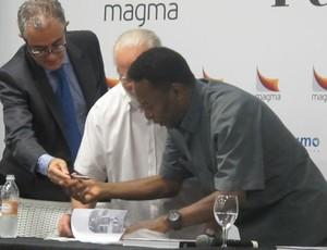 Pelé dá autógrafo a ex-jogador (Foto: Marcelo Hazan / globoesporte.com)