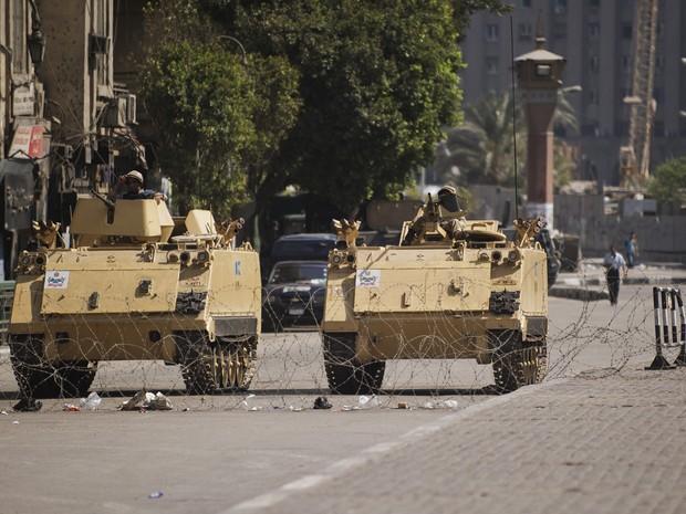 18/8 - Veículos blindados do exército egípcio são vistos estacionados na entrada da Praça Tahrir. (Foto: Gianluigi Guercia/AFP)