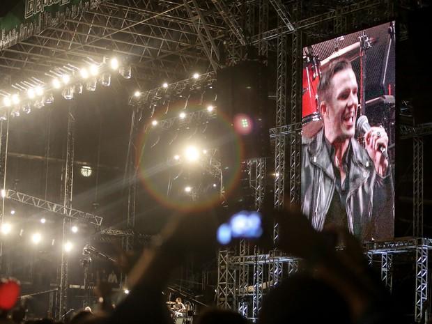 Brandon Flowers, vocalista do The Killers, aparece no telão do palco Cidade Jardim, do Lollapalooza, nesta sexta (28). (Foto: Raul Zito/G1)