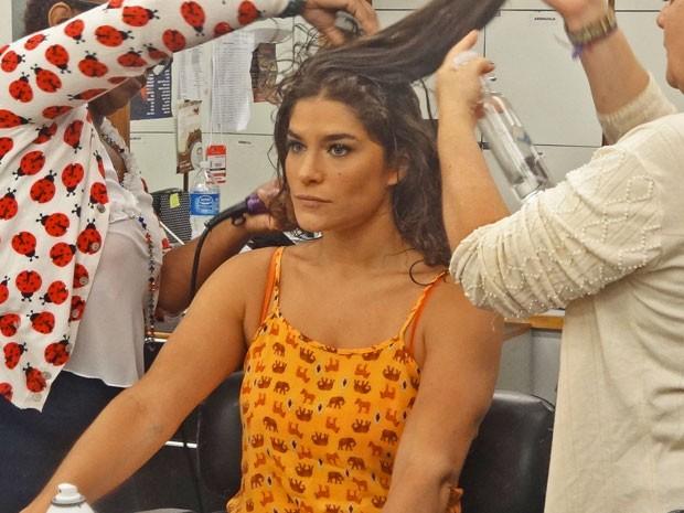 Atriz na preparação para entrar em cena na pele de Solange  (Foto: Carolina Rios/Gshow)