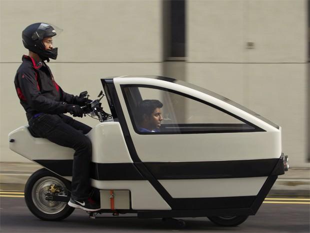 Scooter elétrico leva passageiro na dianteira, nesta terça-feira (28), em Nanyang, Cingapura (Foto: REUTERS/Edgar Su)