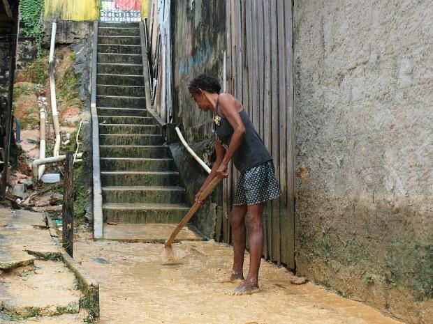 Moradores somara esforços para retirar o bairro dos arredores das casas (Foto: Girlene Medeiros / Do G1 AM)