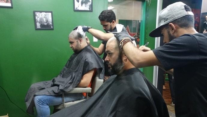 Caio e Humberto durante o corte de cabelo para doação (Foto: Joalline Nascimento/GloboEsporte.com)