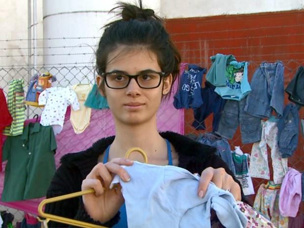 A estudante Ellen colaborou com as doações para o alambrado da solidariedade (Foto: Maurício Glauco/EPTV)