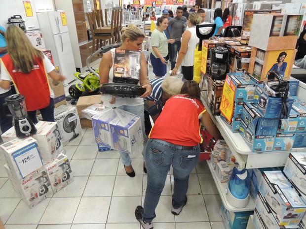 Consumidores carregam o que podem na promoção anual (Foto: Pedro Carlos Leite/G1)