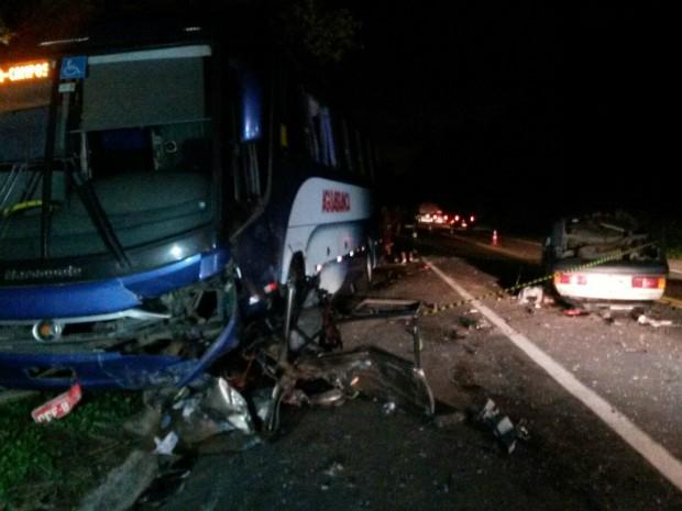 Acidente deixou a pista parcialmente interditada (Foto: Rodrigo Maia/ TV Gazeta)