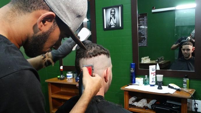 O quarterback do time, Ewerton Cleiton, foi um dos jogadores que raspou a cabeça em prol da doação (Foto: Joalline Nascimento/GloboEsporte.com)