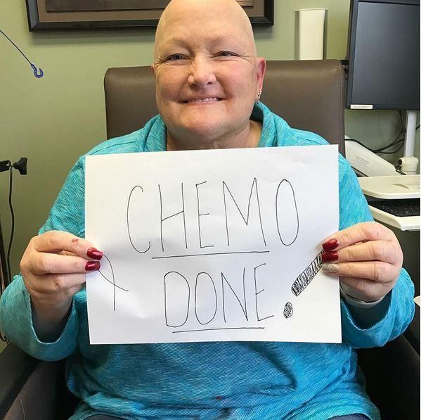 Debbie Rowe comemora fim da quimioterapia (Foto: Reprodução)