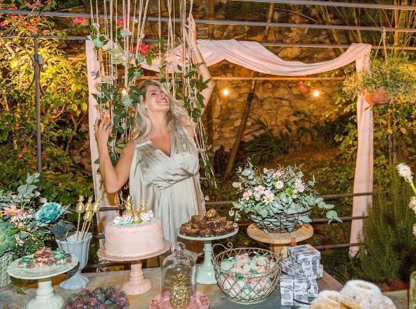 A atriz fez um chá revelação em sua casa (Foto: Reprodução/Instagram)