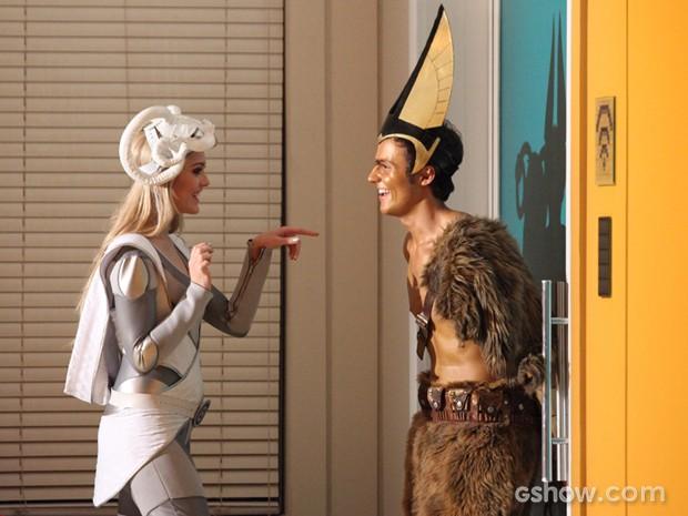 Megan joga charme para Danilo, mas o prende no armário (Foto: Carol Caminha/TV Globo)