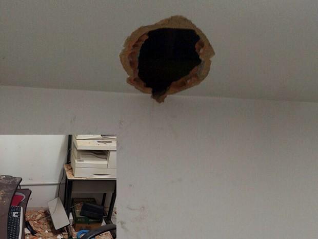 Para furtar caixa eletrônico em cômodo, suspeitos abriram buraco no telhado em Jacutinga, MG (Foto: Polícia Militar/Jacutinga)