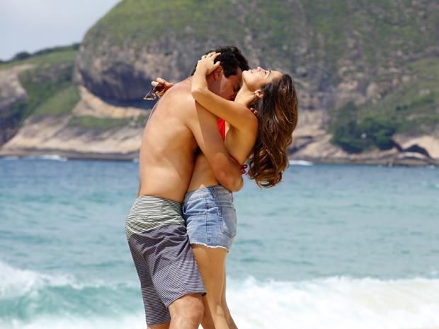 Quanto amor! Morena e Théo estão mais apaixonados do que nunca! (Foto: Salve Jorge/TV Globo)