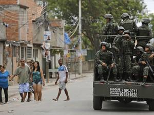 Tropas militares fazem ronda em favela no Complexo da Maré durante as eleições deste domingo (05), no Rio de Janeiro (Foto: Leo Correa/AP)