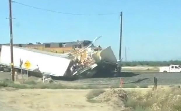 Motorista filmou momento em que composição militar atingiu em cheio baú de caminhão na Califórnia (EUA) (Foto: Reprodução/YouTube/209Stun34)