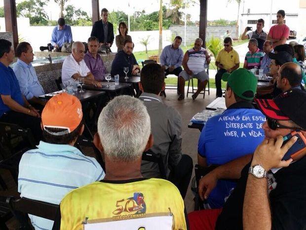 Ministro Antônio Carlos Rodrigues se reúne com caminhoneiros em Itabaiana (Foto: Leandro da Graça/TV Sergipe)