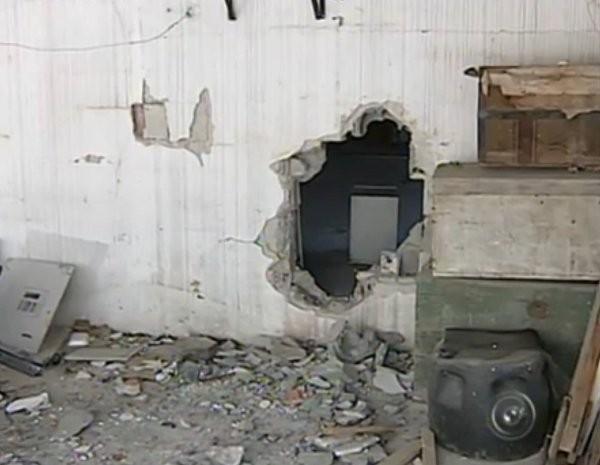 Polícia suspeita que eles tenham entrado na agência depois de abrir um buraco na parede (Foto: Reprodução/TV TEM)