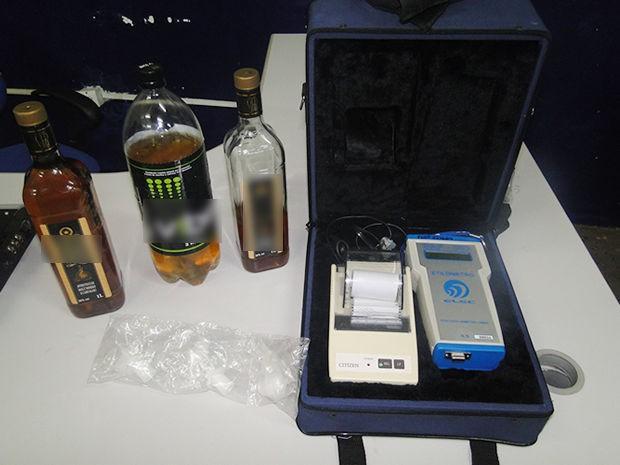 Policiais encontraram bebidas dentro do veículo do suspeito. (Foto: Assessoria PM)