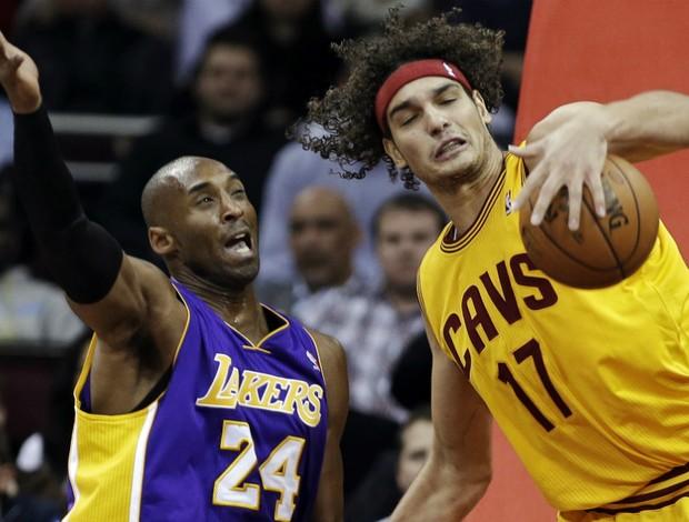 Anderson Varejão e Kobe Bryant - AP (Foto: AP)