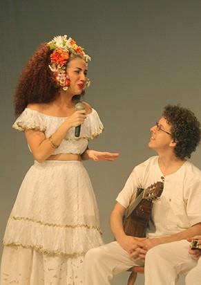 """Clara Santhana com a banda ao vivo no espetáculo """"Deixa Clarear"""" (Foto: Claudia Ribeiro)"""