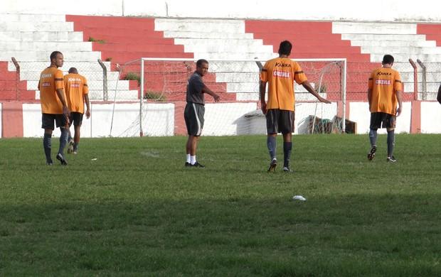 Roberval Davino, novo técnico do CRB, comandou primeiro treino no clube (Foto: Henrique Pereira/ Globoesporte.com)