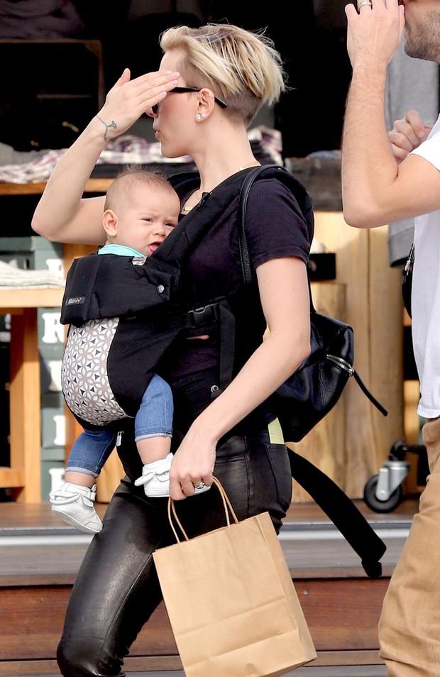 Scarlett Johansson com sua filha Rose e marido Romain Dauriac (Foto: Grosby Group/Agencia)