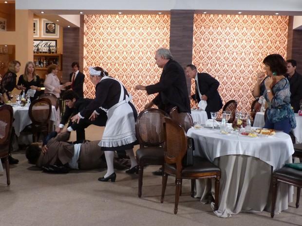 Que bafo! Charlô e Otávio armam a maior confusão no restaurante (Foto: Guerra dos Sexos/TV Globo)