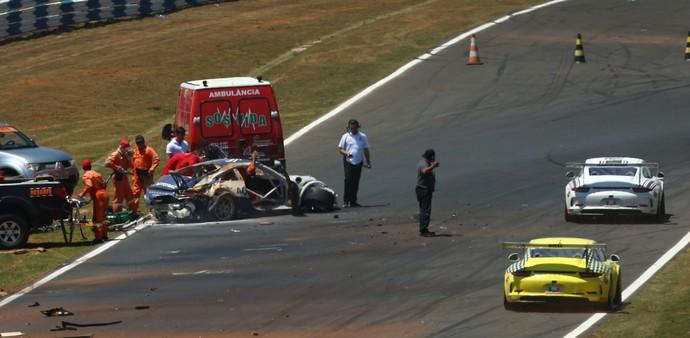 Carro de Pedro Piquet ficou destruído após capotar várias vezes em acidente na Porsche Cup em Goiânia (Foto: Luca Bassani)