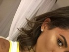Anitta, com look todo branco, deixa seu bronzeado em evidência