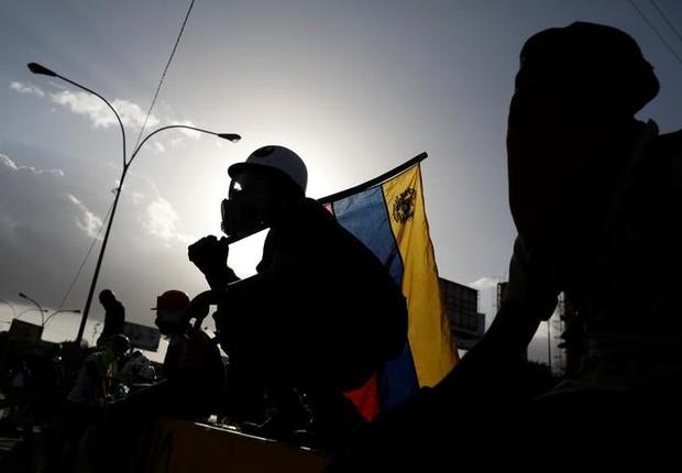 Manifestante segura bandeira da Venezuela durante protesto em Caracas, na Venezuela (Foto: Carlos Garcia Rawlins/Reuters)