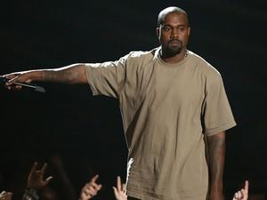 Kanye West sobe ao palco para receber o prêmio honorário Michael Jackson Video Vanguard Award  (Foto: Matt Sayles/Invision/AP)