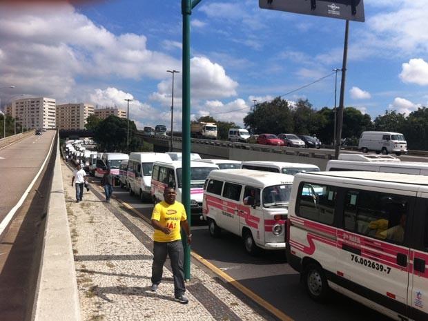 Motoristas de vans seguem em carreata pelo Centro do Rio (Foto: Janaína Carvalho/ G1)