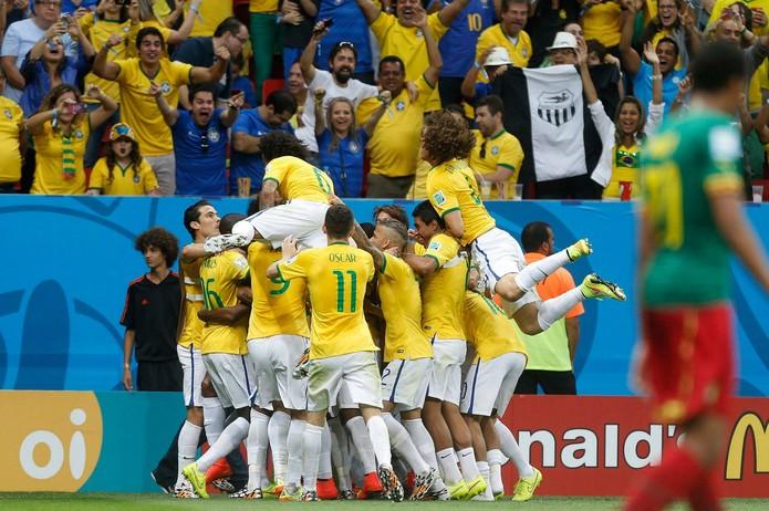Brasileiros comemoram vitória sobre Camarões por 4 a 1 em Brasília (Foto: Reprodução/Facebook CBF)