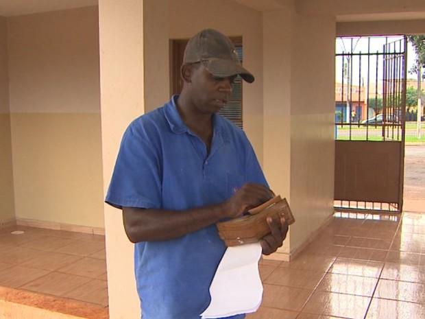 Coveiro Gisberto da Silva afirma ter prejuízo de R$ 380 com clonagem de cartão alimentação em Jardinópolis, SP (Foto: Reprodução/EPTV)