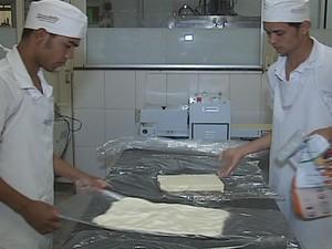 O cargo de padeiro é uma das vagas que necessita de mão de obra para o mercado.  (Foto: Reprodução Inter TV dos Vales)