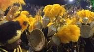Foliões da Mocidade Alegre cantam durante a 'paradinha' da bateria