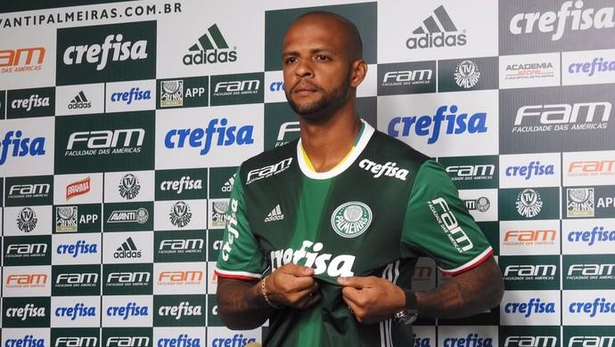 Felipe Melo veste a camisa do Palmeiras (Foto: Felipe Zito)