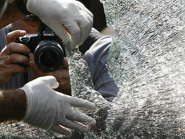 Polícia Civil realiza perícia no carro engenheiro da Petrobras Marcelo Magalhães Gonçalves, de 46 anos, morto após reagir a um assalto na manhã desta segunda-feira na Avenida Marechal Rondon, no Sampaio, Zona Norte do Rio de Janeiro. (Foto: Agência O Dia/Estadão Conteúdo)