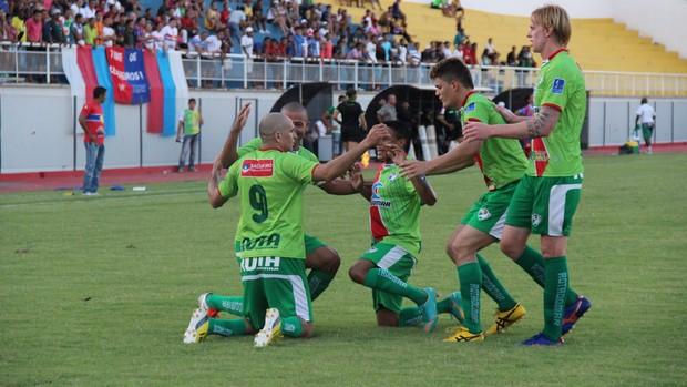 Jogadores do Salgueiro comemoram gol no Florestão (Foto: João Paulo Maia)