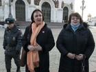 Duas mulheres encapuzadas são presas em catedral russa
