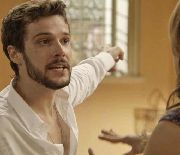 Giovanni descobre que Guido está vivo e, revoltado, pede o endereço do pai (Foto: TV Globo)