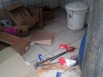 Muito lixo encontrado no McDonald's do Derby (Foto: Divulgação / Secretaria de Saúde)