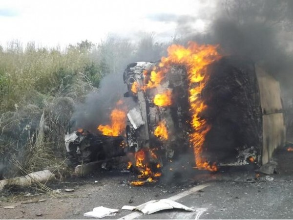Pelo menos cinco pessoas morreram no acidente (Foto: Denison Duarte)