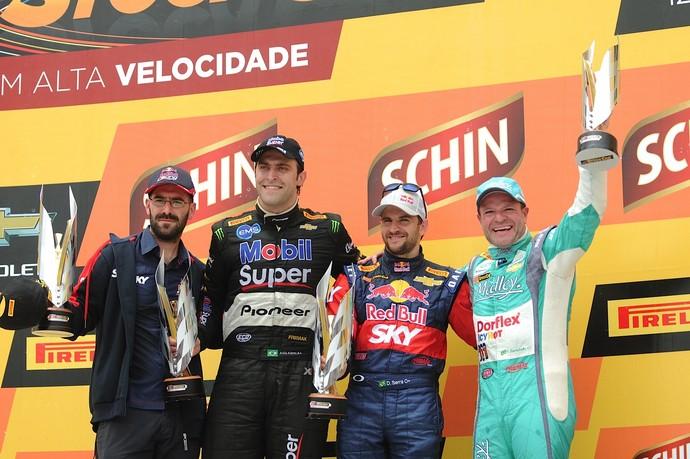 Daniel Serra, ao centro, venceu etapa de Curitiba da Stock Car, seguido de Átila Abreu e Rubens Barrichello (Foto: Duda Bairros / Divulgação)